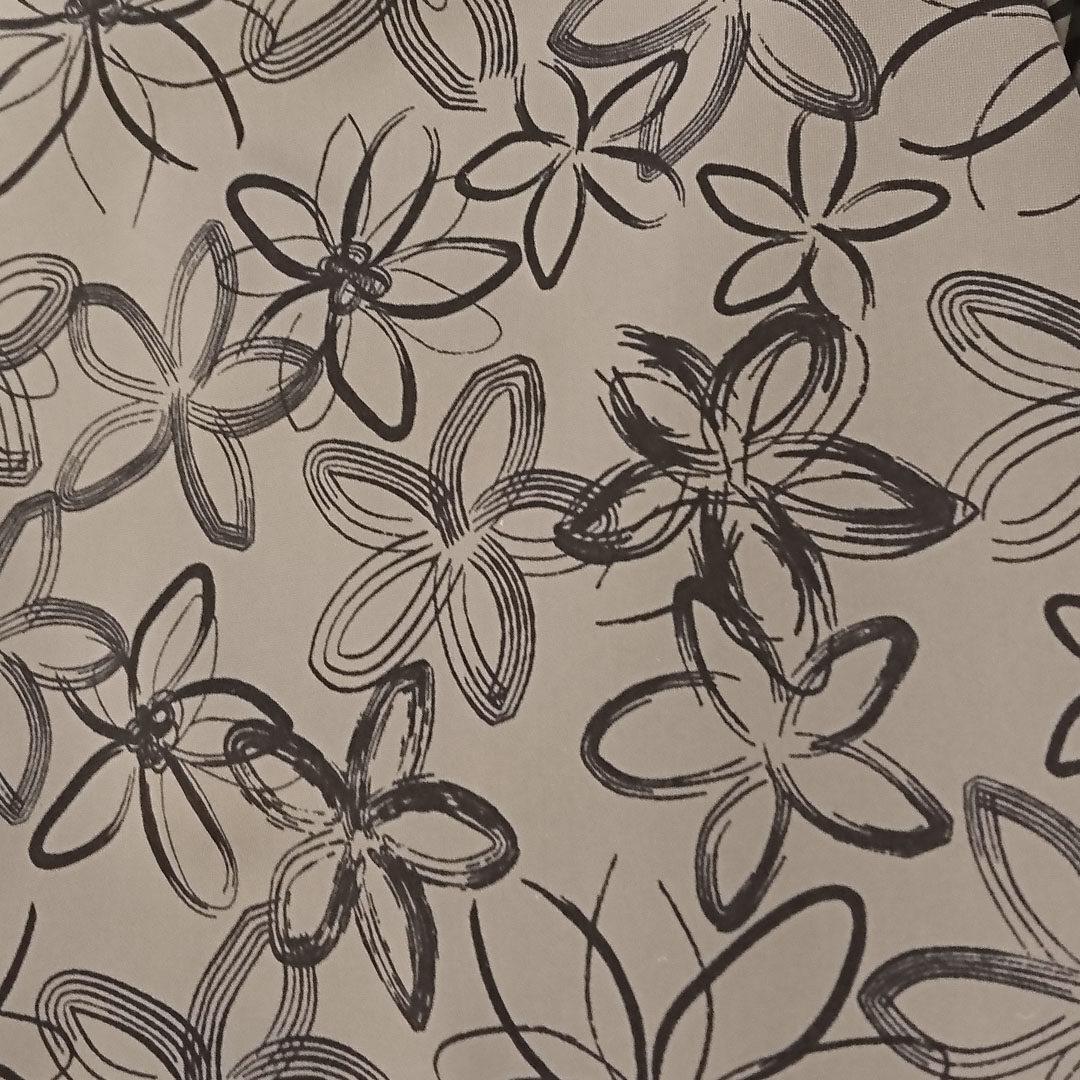 Mikrofaser Grau mit schwarzen, skizzierten Blüten