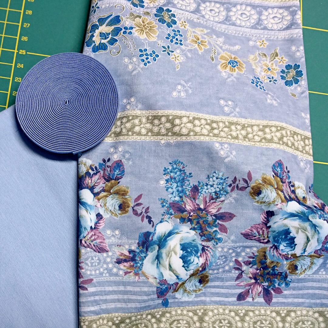 Materialpaket Slip, Baumwolljersey Hellblau, Baumwolljersey Hellblau Blumenmuster