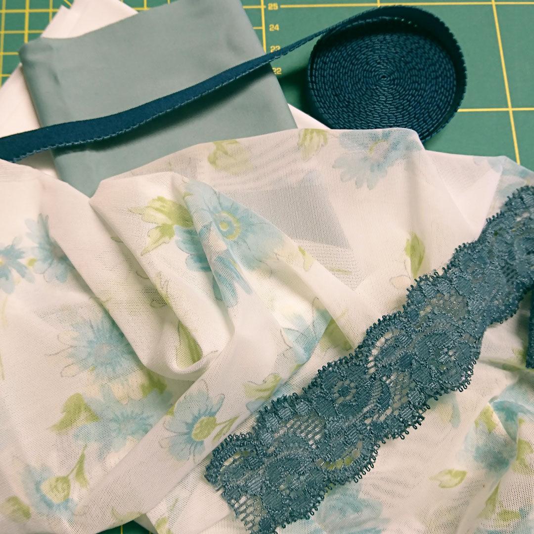 Materialpaket Slip, weiß mit türkisfarbenen Blumen